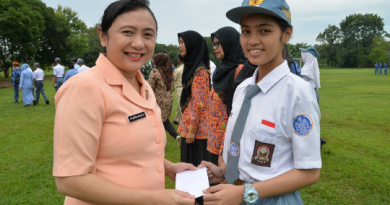 Ketua Yasarini Lanud Suryadarma Serahkan Beasiswa Kepada Siswa/Siswi SMK Angkasa Berprestasi